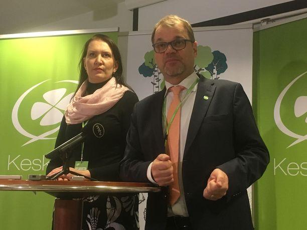 Keskustan puheenjohtaja Juha Sipilä nostatti puolueen taistelutahtoa Turussa. Vierellä puoluesihteeri Riikka Pirkkalainen.