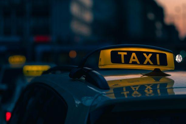 Poliisi epäilee 40-vuotiasta taksinkuljettajaa seksuaalirikoksista. Kuvituskuva.