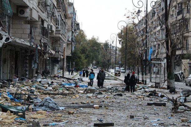 Itäisen Aleppon asukkaat tutkivat eilen omaisuuttaan ja taloja hävityksen keskellä.