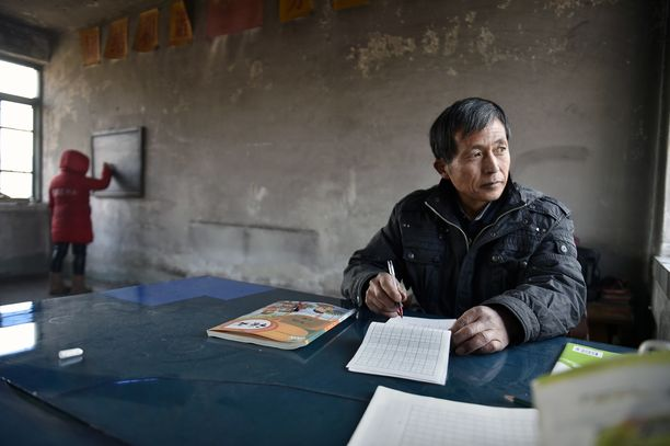 Vuorella sijaitseva luokkahuone on usein kylmä, siksi opettaja ja oppilas käyttävät ulkotakkeja myös sisällä.