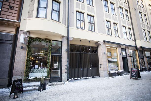 Iso Roobertinkatu 1 saneerattiin äskettäin täysin. Asuntojen vuokraus alkoi remontin valmistuttua. Asukkaan mukaan hotellitoiminta alkoi rakennusyhtiön hyväksynnällä.