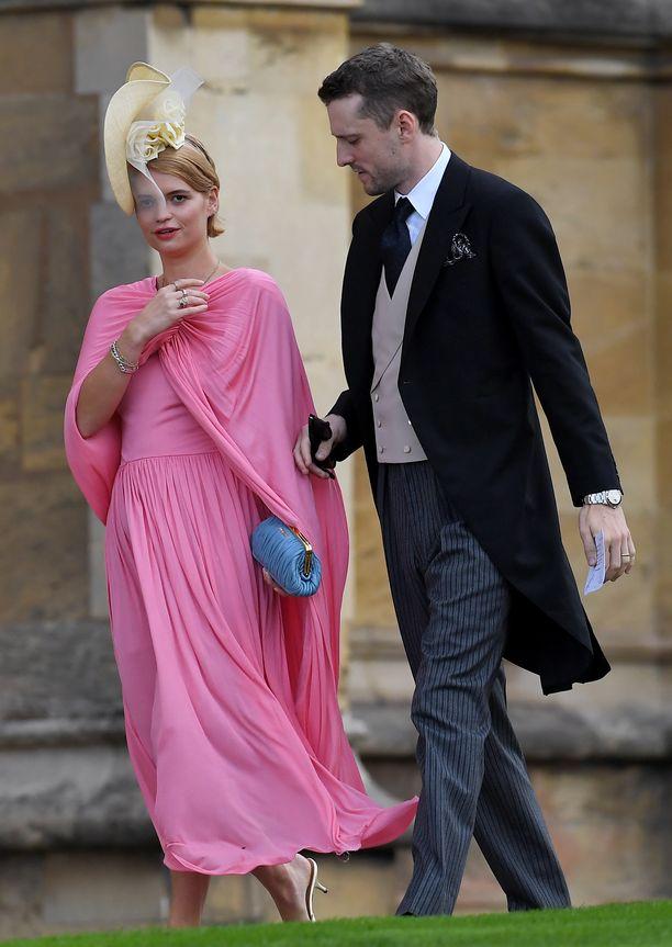 Pixie Geldof pukeutui Célinen viittamaiseen mekkoon, joka suorastaan hulmusi tuulisessa säässä.