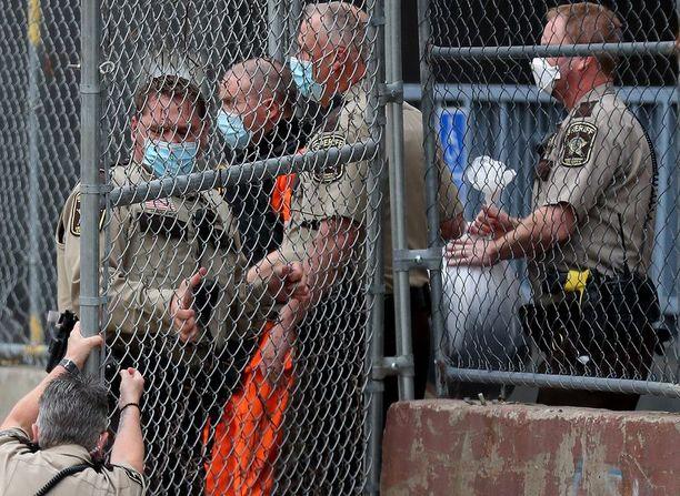 Derek Chauvin esiintyi oikeuden kuulemisessa kuukausi sitten.