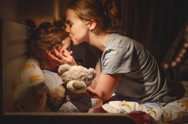 Suuret elämänmuutokset voivat sysätä leikki-ikäisen yöt raiteiltaan. Unet palaavat harjoittelemalla.