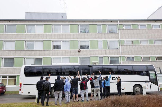 Kangasalalaisesta Kaivannon vastaanottokeskuksesta siirrettiin turvapaikanhakijoita huhtikuussa 2016.