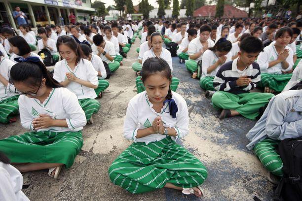 Thaimaan kouluissa rukoillaan poikien pelastumisen puolesta.