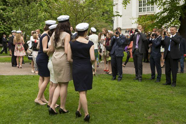 Nuoret usein kokoontuvat juhlimaan valmistumista yhdessä illalla.