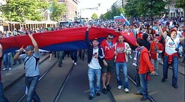 Venäläisfanit marssivat Senaatintorilta Olympiastadionille.