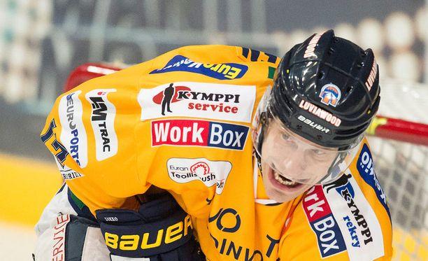Ville Nieminen irvistelee tänä keväänä Lukon paidassa.