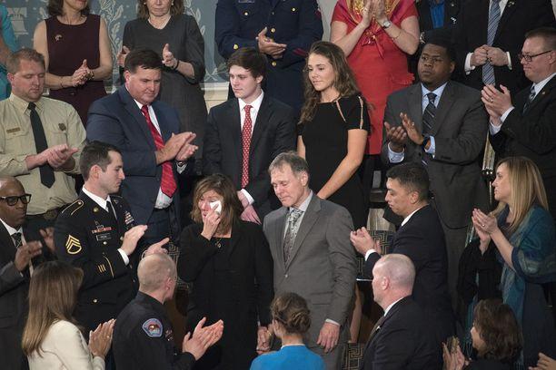 Warmbierin vanhemmat kyynelehtivät Trumpin Kansakunnan tila -puheen aikana, kun presidentti mainitsi heidän poikansa.