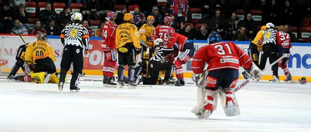 Mika Noronen luisteli toisesta päästä kenttää osallistuakseen nujakkaan.