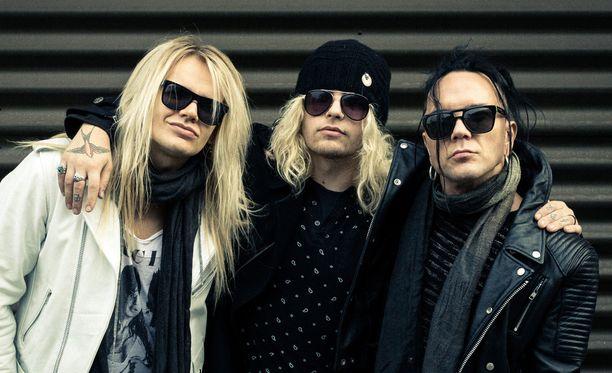 Archie Cruz (keskellä) poseerasi Iltalehdelle vuonna 2015 The Local Band -bändikavereidensa Olli Hermanin ja Jussi69:n kanssa.