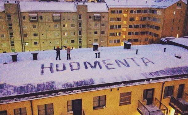 Helsingin Jääkärinkadun korttelin asukkaille toivoteltiin huomenet tähän tapaan.