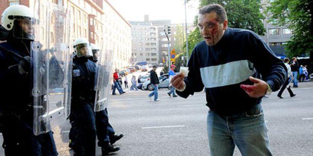 Vertavuotava kannattaja sai vastaansa mellakkapoliisit.