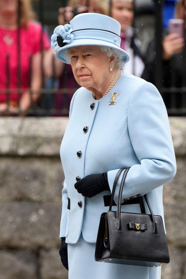 Graffiti sillassa ei ollut kuningattarelle mieluinen yllätys.