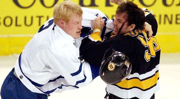 Toronto Maple Leafsin Wade Belak (vas.) tappeli Boston Bruinsin Doug Doulln kanssa 1.1.2004.