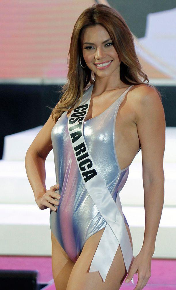 Miss Costa Rica valloitti hymyllään.