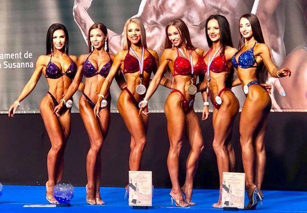 Emmi Nenonen (toinen vas.) oli sunnuntain paras suomalainen bikini fitnessin yleisissä sarjoissa.