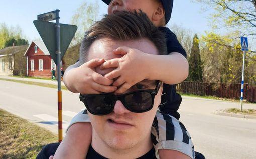 """Koti-iskä Ville päätti näyttää, millaista elämä vauvan kanssa oikeasti on: """"Puurot ja vellit rinnuksilla"""""""