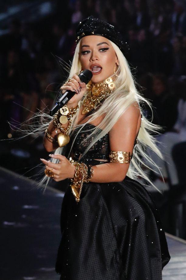 Rita Ora rakastaa pidennyksiä - ja niin myös Victoria's Secret, jonka runwaylla ne ovat pikemminkin sääntö kuin poikkeus. Luonnollisesti Rita esiintyi merkin näytöksessä pitkissä, platinanvaaleissa feikkihiuksissa.