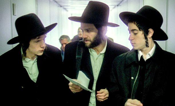 Jesse Eisenberg esittää Samia, Justin Bartha Yosefia ja Jason Fuchs Leonia.