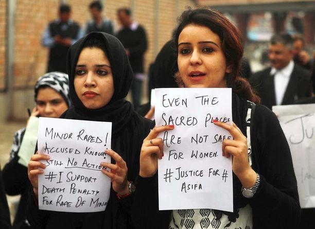 Kashmirilaiset asianajajat vaativat oikeutta raiskatulle ja murhatulle kahdeksanvuotiaalle tytölle.