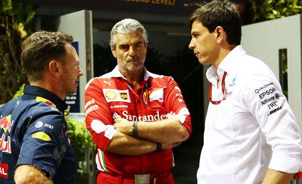 Christian Horner (vas.) oli halukas keskustelemaan ensi kaudella voimaan astuvasta sääntömuutoksesta. Maurizio Arrivabenen (kesk.) johtama Ferrari-talli ei suostunut edes kuuntelemaan.