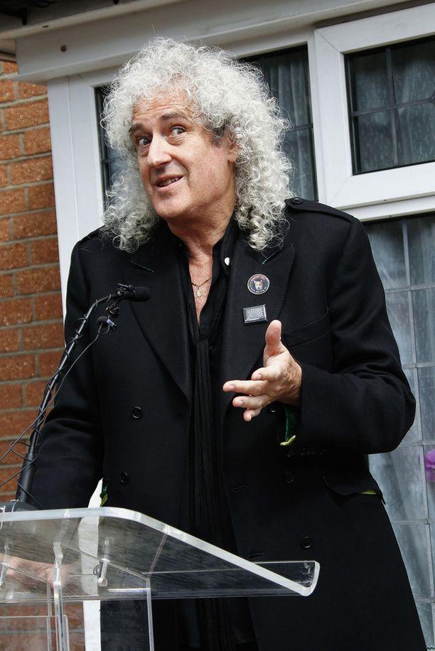 Brian May liputtaa Saaran voittoa.