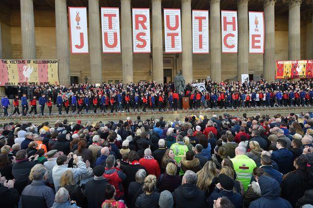Tuhannet ihmiset kerääntyivät muistamaan Hillsborough'n uhreja Liverpoolissa keväällä 2016.