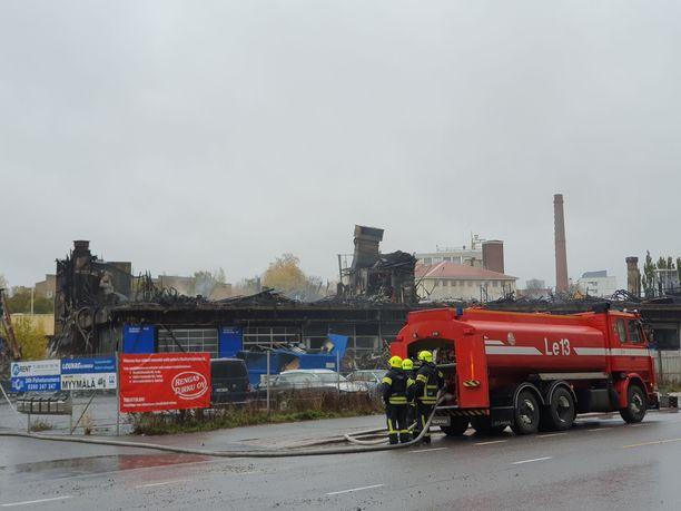 Turussa syttyi keskiviikkona suuri tulipalo osoitteessa Pansiontie 4. Noin 6000 neliön liikerakennus tuhoutui lähes kokonaan.