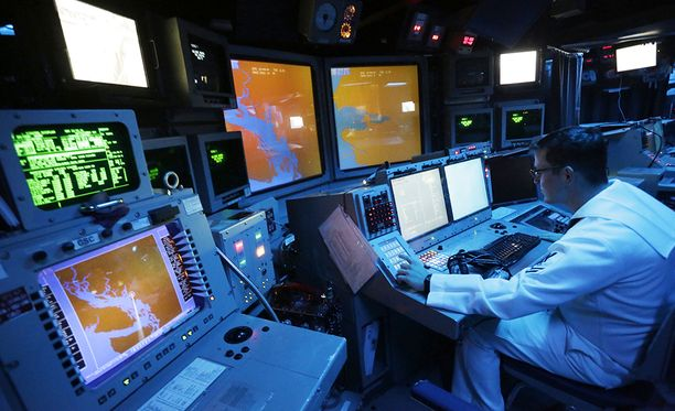 AEGIS-asejärjestelmän komentokeskus amerikkalaisella sotalaivalla.