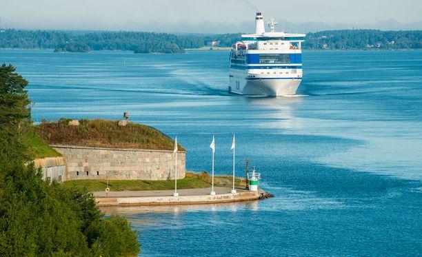 Matkustaja- ja risteilyalukset laskevat Itämereen Helsingin Sanomien mukaan satoja tonneja viemärijätettä.