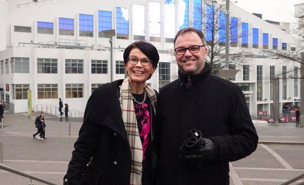 Saara Aallon vanhemmat Markus Aalto ja Taina Aalto Lontoossa ennen Britannian X Factor -ohjelman finaalia.