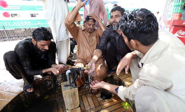 Pakistanilaiset vilvoittelivat maanantaina maan suurimmassa kaupungissa Karachissa.