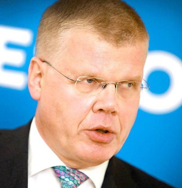 Keskon pääjohtaja Matti Halmesmäki on vaikeassa tilanteessa. S-ryhmä on vienyt markkinajohtajuuden ja K-ryhmä on kangistunut kilpailutilanteessa.