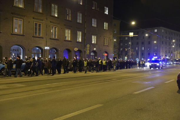 Soihtukulkue kulki Helsingin Töölön läpi.