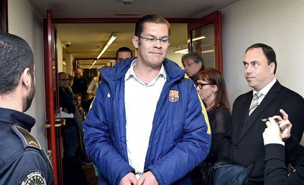 Ilja Janitskinin kädet olivat vielä käsiraudoissa, kun poliisit saattoivat hänet iltapäivällä Andorran oikeustalon toimistoon hakemaan päätöksen, joka vapauttaa hänet vankilasta. Tilannetta oli seuraamassa andorralaisen median lisäksi Suomesta tulleita tukijoita, heidän joukossaan Suomi ensin ja Rajat kiinni -aktiivi Marco de Wit.