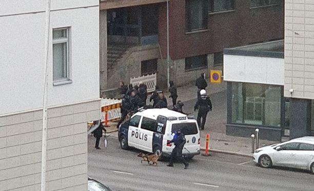 Poliisi epäilee joidenkin HJK:n fanien olleen etsimässä TPS:n kannattajia tappelua varten.