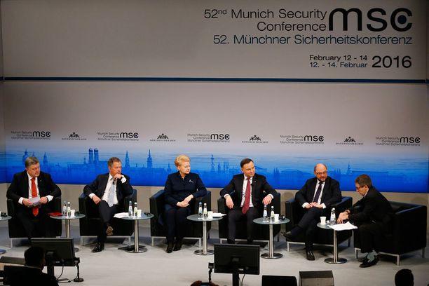 Sauli Niinistö (toinen vas.) osallistui paneelikeskusteluun Münchenissä yhdessä Ukrainan, Liettuan ja Puolan presidenttien sekä Euroopan parlamentin puhemiehen kanssa.