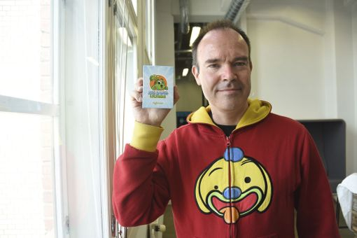 Peter Vesterbacka aloitti opetuspeliyhtiö Lightneerin brändijohtajana viime syksynä. Rovion hupparin sijasta hän kantaa nykyään uuden peliyhtiön logoa.