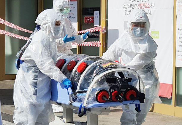 Ihmistä, jonka epäillään saaneen koronavirustartunnan, kuljetetaan sairaalaan Daegussa, noin 250 kilometrin päässä pääkaupungista Soulista.