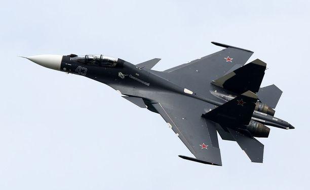 Venäläinen Sukhoi Su-30SM -hävittäjä lentää ilmailunäytöksessä Moskovan ulkopuolella syyskuussa.