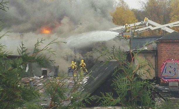 Pelastuslaitoksen yksiköt sammuttavat tulipaloa vanhalla tapettitehtaalla Helsingin Tapanilassa.