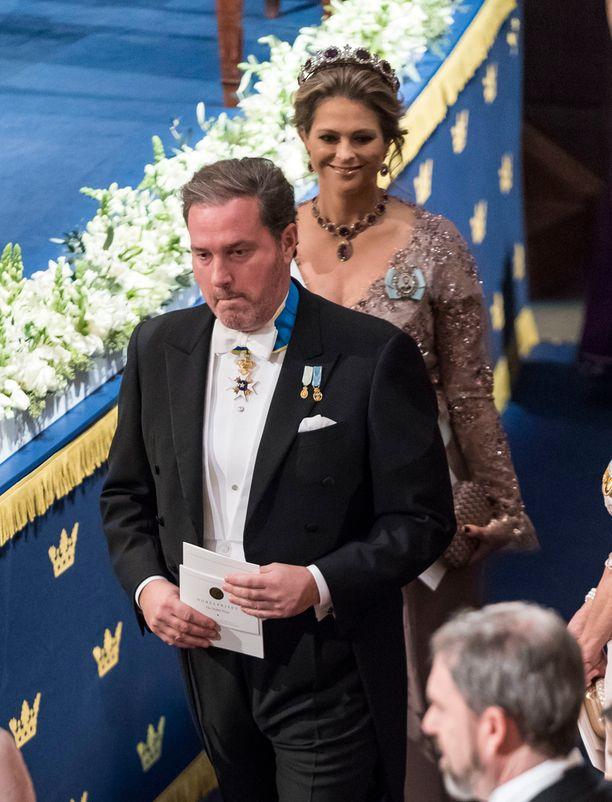 Madeleinen mies, Chris O'Neill edustaa ensimmäistä kertaa illalla virallisessa hovin tilaisuudessa ilman vaimoaan.