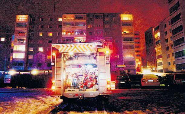 TUHOPOLTTO Kymmenet asukkaat joutuivat lähtemään kodeistaan tulipaloa pakoon sunnuntai-iltana.