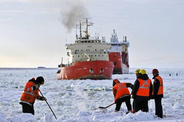 Dudinkan satama Koillisväylän varrella 2. toukokuuta tänä vuonna. Yksi pohjoisen Koillisväylän haasteista on lähes ympäri vuoden laivaliikenteelle ongelmia aiheuttava jää.