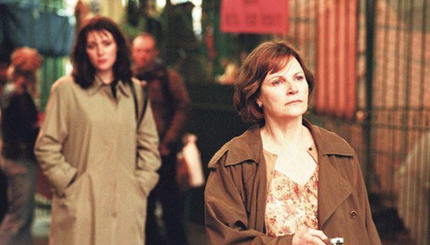 Agentti Zoe (Keeley Hawes, taustalla) vakoilee vaarallista Mary Kanea (Lisa Eichhorn, edessä).