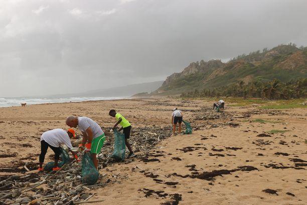 Vapaaehtoisturistit voivat esimerkiksi auttaa siivoamaan muoviroskaa rannoilta.