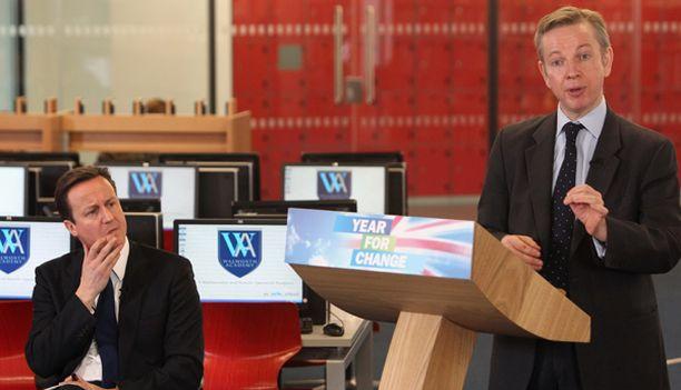 Michael Gove esitti näkemyksiään Britannian koululaitoksesta. Oppositiojohtaja David Cameron keskittyy taustalla.
