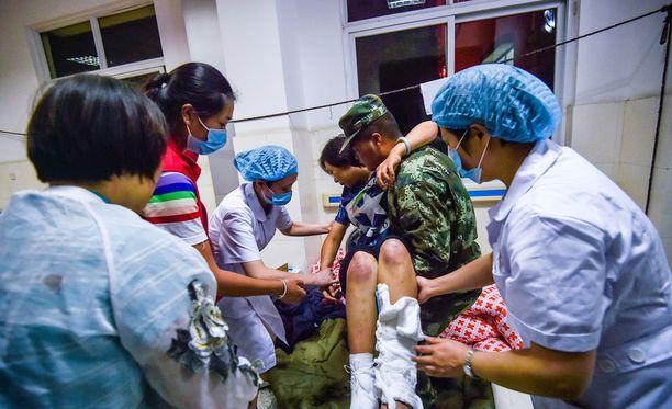 Kiinan maanjäristyksessa loukkaantunutta autettiin sairaalassa Sichuanin maakunnassa.